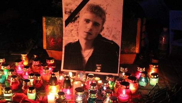 Свічки і квіти біля фото загиблого студента