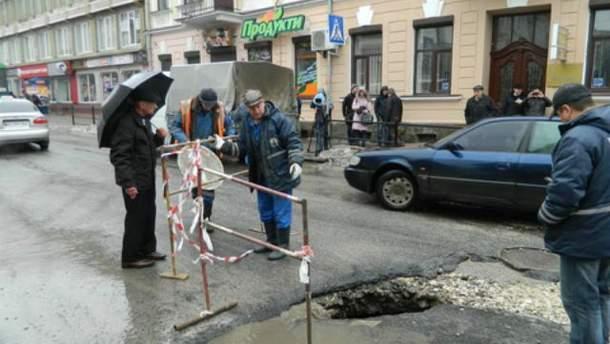 В центре Тернополя провалился асфальт (Фото. Видео)