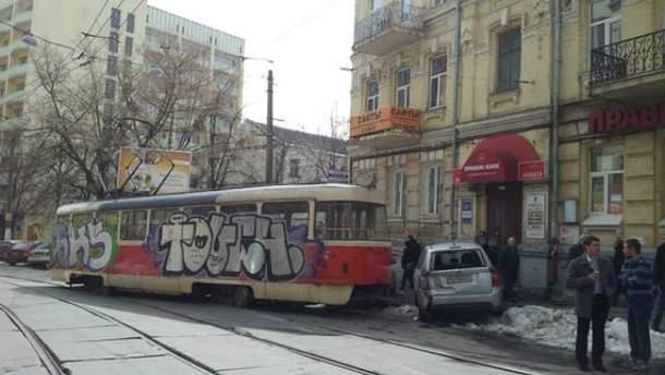 У Києві трамвай зійшов з рейок (Фото)