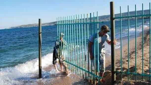Демонтаж заборов на пляже