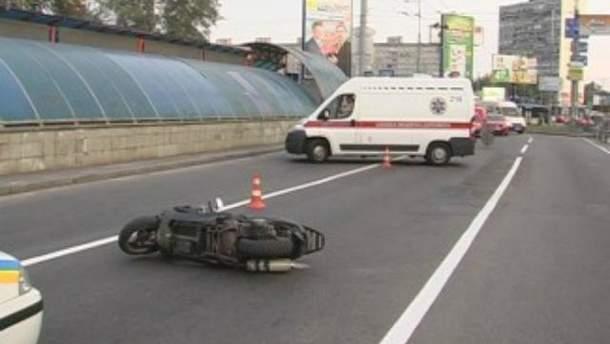В Киеве две молодые женщины на скутере попали в аварию