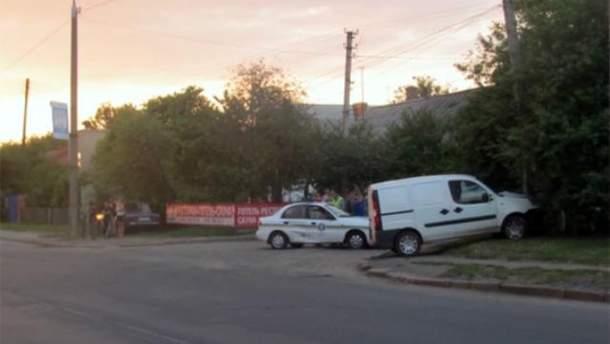 На Волыни пьяный водитель протаранил машину ГАИ и въехал в столб