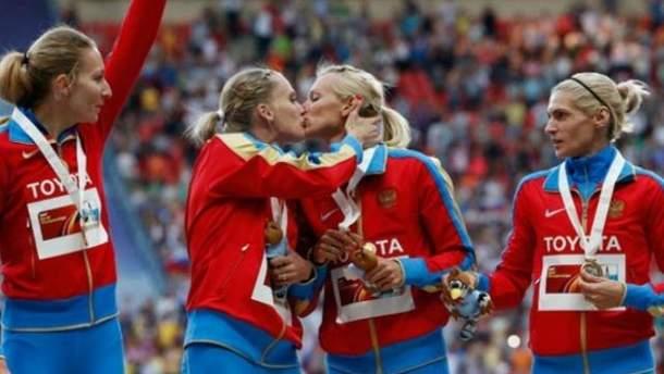 Російські спортсменки поцілувалися в губи