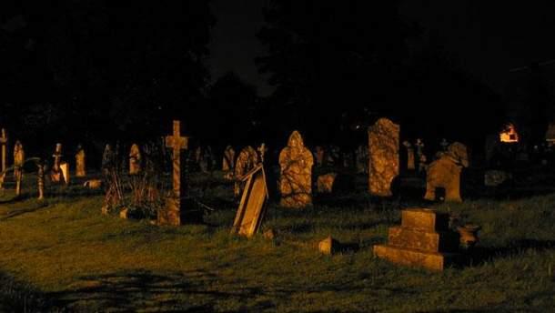 Мужчина выкопал отца на кладбище
