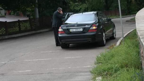 Припаркований Mercedes