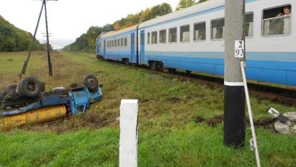 Поезд сбил молоковоз