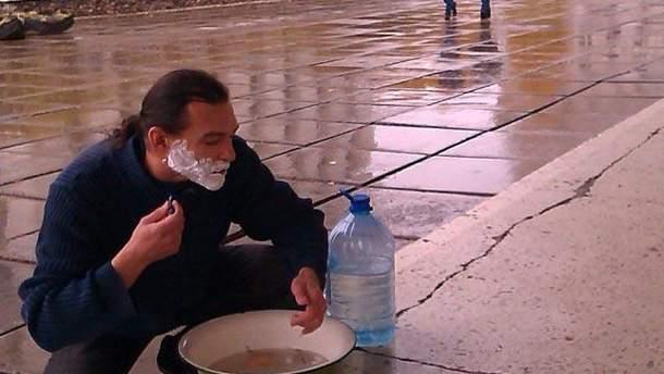 Андрій Гордічук голиться біля мерії