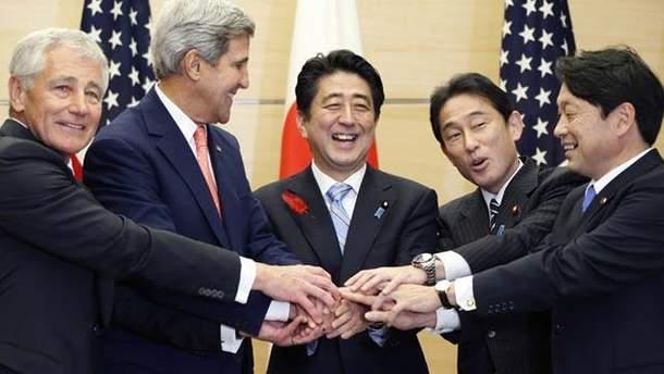Госсекретарь США Джон Керри и японский премьер Синдзо Абэ