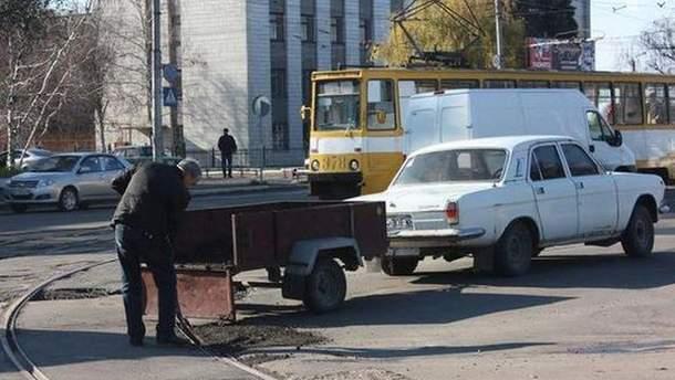 Горлівчанин сам ремонтує дороги