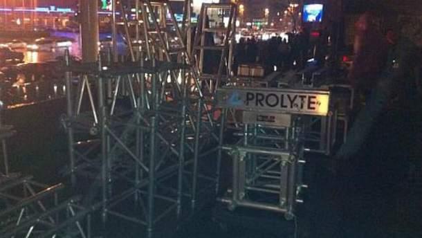 На Евромайдане уже устанавливают сцену (Фото)