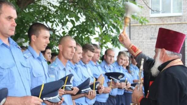 Священник покропив міліціонерів