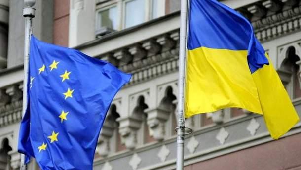 Прапори ЄС та України