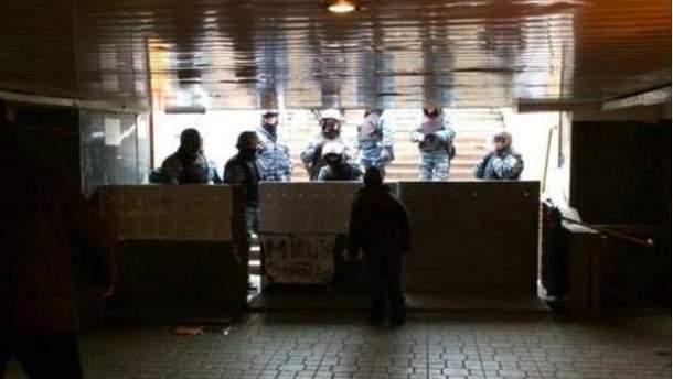 Блокують виходи з метро