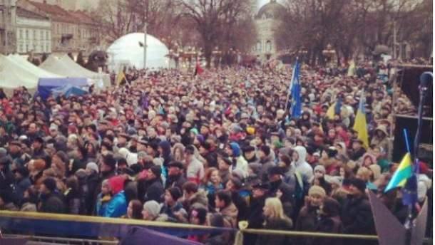 На Евромайдане во Львове собралось около 7 тысяч человек
