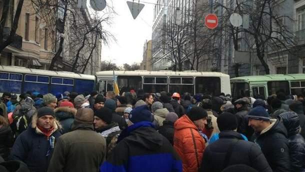 Автобусами перекрыли подход к админзданиям