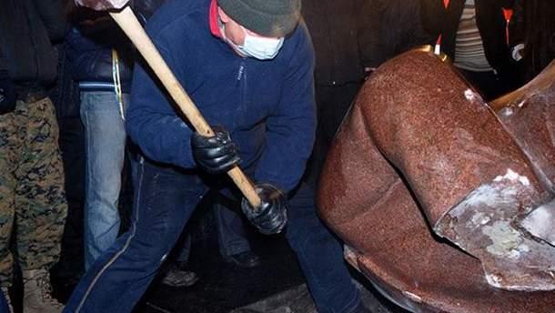 Снесли памятник Ленину