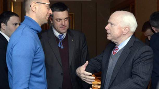 Сенатор США Джон Маккейн с оппозицией