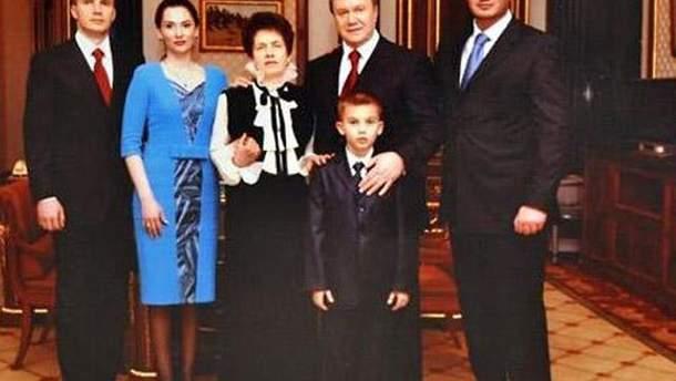 Янукович с семьей