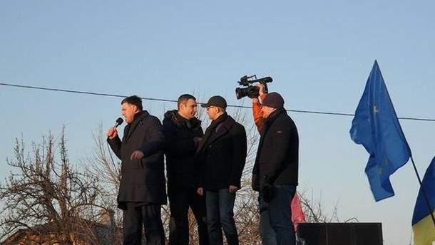 Лидеры оппозиции возле Межигорья