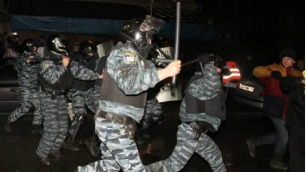"""Під Києво-Святошинським судом """"Беркут"""" бив активістів"""