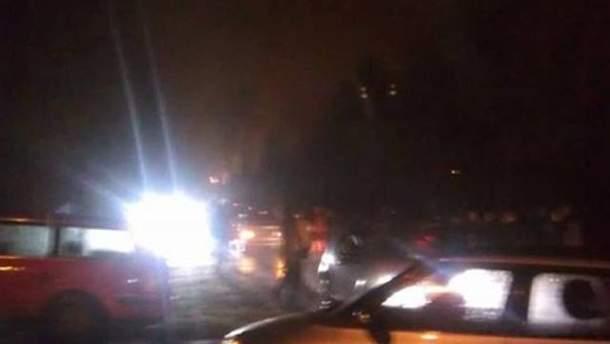 Автомобилями перекрыли улицу