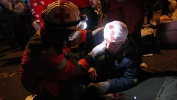 Медики надають допомогу постраждалим