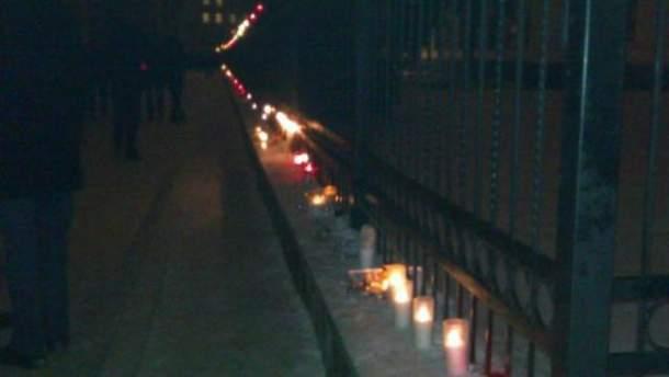 Зажженные свечи и лампадки возле воинской части
