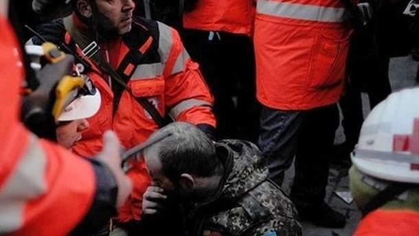 Медики на МайданеК слову, первый заместитель начальника Главного следственного управления МВД Украины Виталий Сака сообщил, что причиной смерти двух протестующих стали огнестрельные ранения.