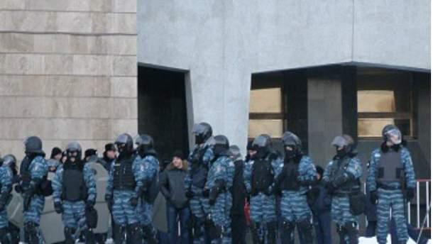 Внутренние войска перекрыли дорогу митингующим