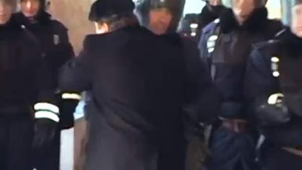 Растроганный депутат обнял силовика