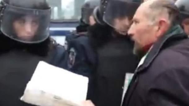 Священник благословляет бойцов ВВ на Майдане