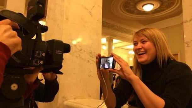 Оксана Денисова показує відзняте відео