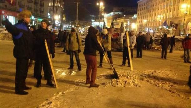Активісти прибирають Майдан