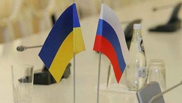 Український і російський прапори