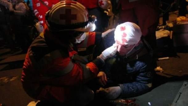 Медики оказывают помощь пострадавшим активистам