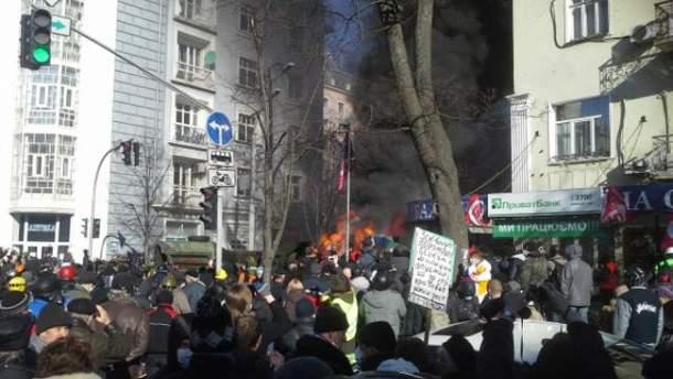 """На улице Шелковичная активисты подожгли два """"КамАЗа"""""""