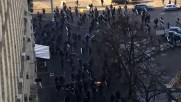 """""""Беркут"""" оттесняет митингующих"""