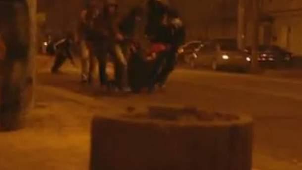 Активісти відтягують підстреленого