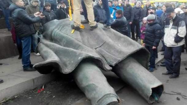 Леніна повалили у Дніпропетровську