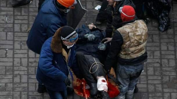 Активисты помогают пострадавшему