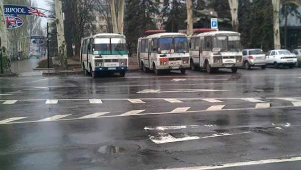 Привозять молодиків автобусами