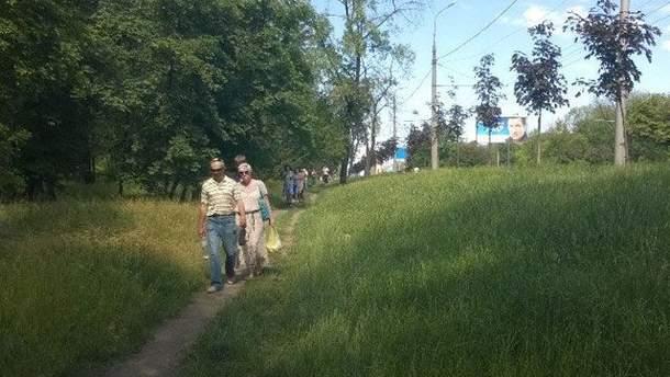 Люди йдуть від резиденції Ахметова