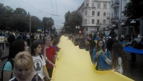 Харьковчане развернули 50-метровый флаг Украины (Фото)