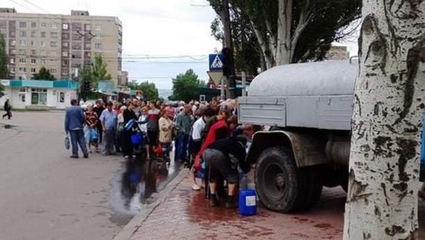 Черга по воду у зоні АТО