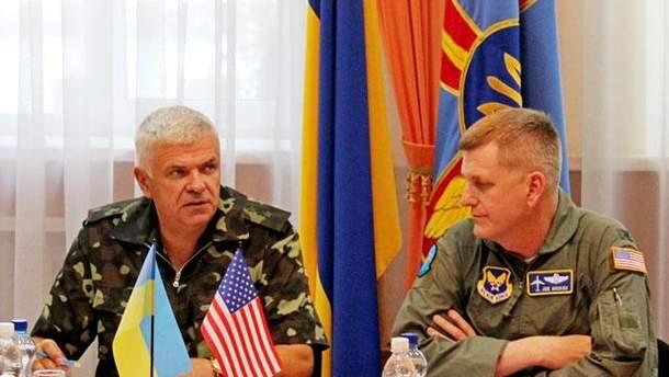 Джозеф Хикокс (справа)