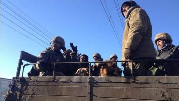 Українські військові під час виходу з Дебальцевого