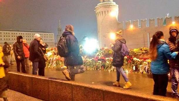 Россияне приносят цветы на место убийства Немцова