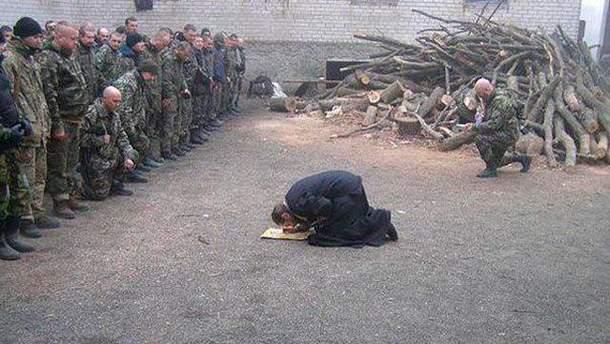 Священник встал на колени перед бойцами АТО