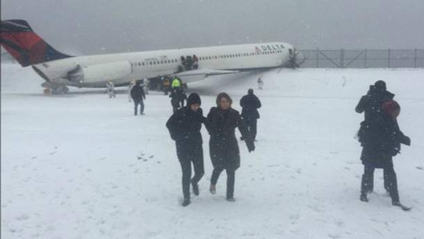 У Нью-Йорку літак здійснив аварійну посадку: щонайменше 24 постраждалих