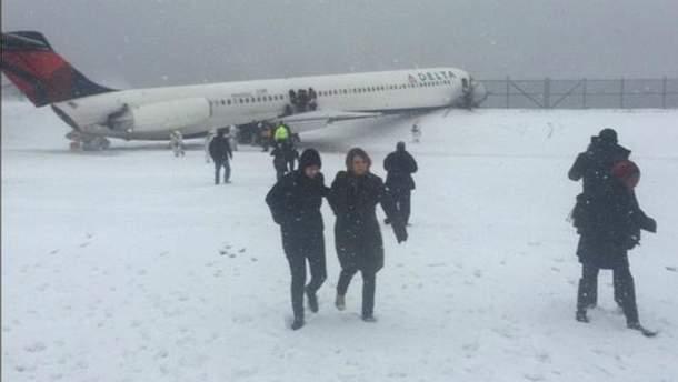 В Нью-Йорке самолет совершил аварийную посадку: минимум 24 пострадавших